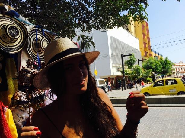 The caps . Sombrero volteado detrás y el mío: paisa